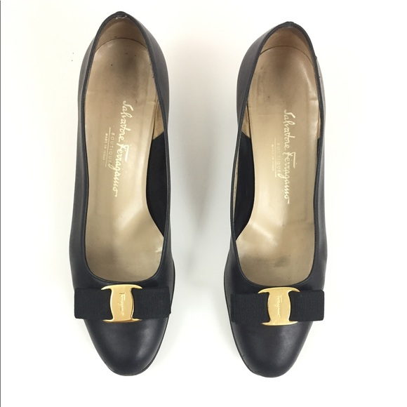 8eca31ae23be Salvatore Ferragamo Vara Pebbled Leather Shoe. M 5b14abcd3e0caa21d4e9c3e3